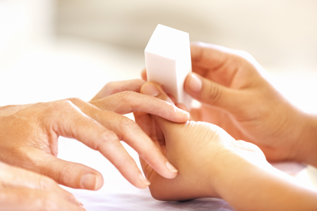 Обработка трещины на ногтях